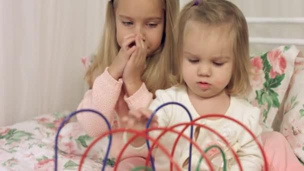 Hra dvou sester s zajímavé vzdělávací hračky