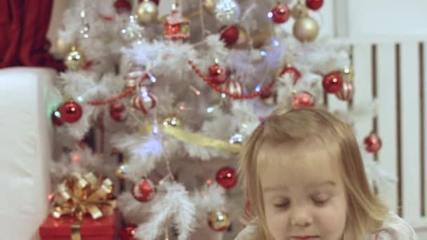 Nettes kleines Mädchen in der Nähe des Weihnachtsbaums