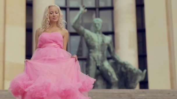 Escaleras Rosa Rubia Las Bajando Elegante Vestido En Un Largo París O0nw8Pk