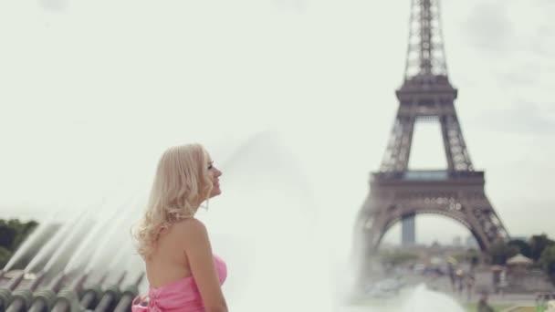 Plné pozitivní dívky v krásné šaty v blízkosti Eiffelovy věže v Paříži