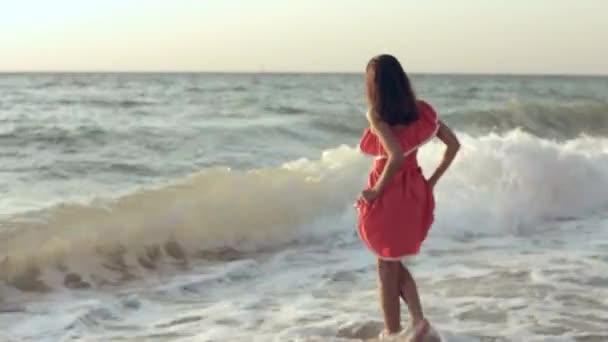 Svůdná dívka stojící bosá v moři