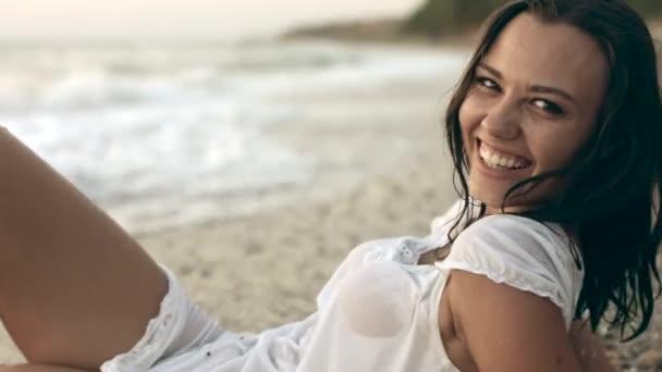 Sexy mladá žena na pláži