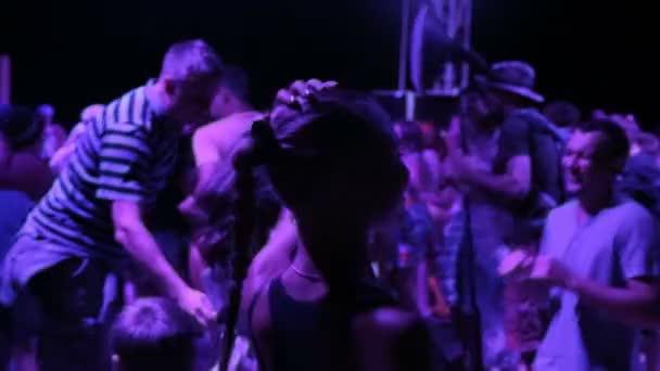 Mädchen tanzt Beute auf einer Party