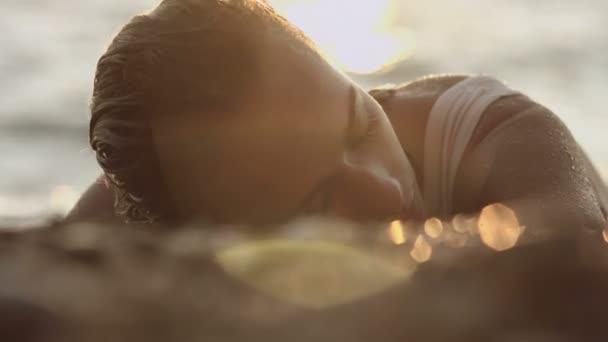 Horké žena v mokré průhledné košili na pobřeží