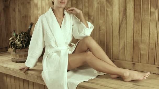 Dívka v županu v dřevěná sauna
