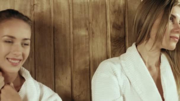 Tři krásné dívky v dřevěná sauna