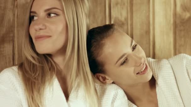 Tři kamarádky relaxaci v sauně