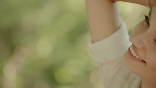 lachende junge Frau im Urlaub im Wald