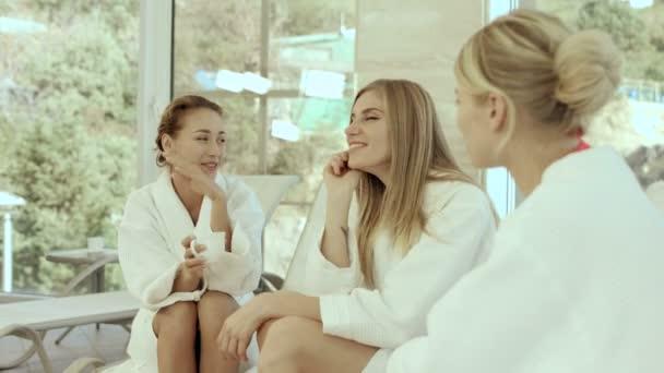 Tři dívky klábosení v lázních
