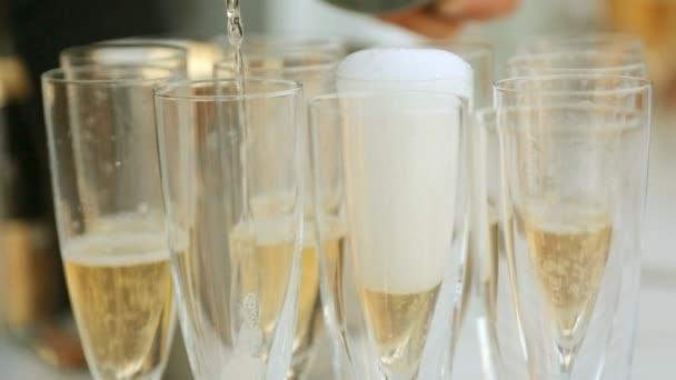 Číšník nalil šampaňské do sklenic