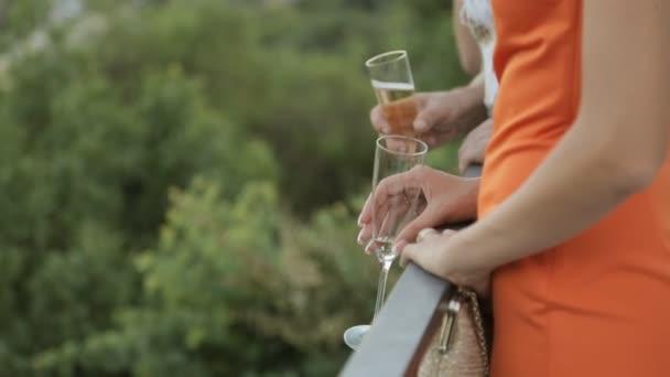 Dívky s brejlema šampaňského stojí na terase