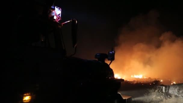 Záchranný tým hasičské auto uhasit požár