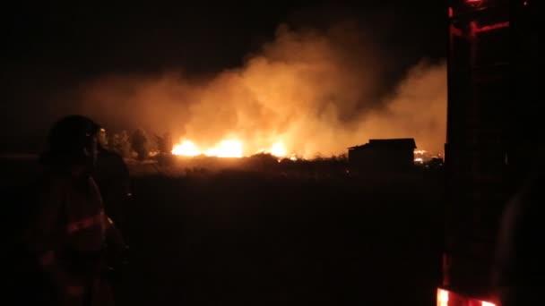 Hasiči si z hadic fire engine uhasit oheň