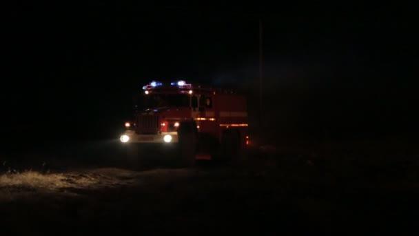 Sevastopol, Rusko-srpen 15,2015: Požární vůz jezdí na hašení požáru v noci v 15 srpen, 2015 v Sevastopolu, Rusko
