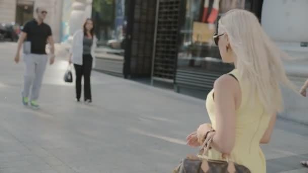 Paříž, Francie-Červenec 23,2015: Dívka procházky podél módní butiky v Paříži dne 23 července 2015 Paříž, Francie