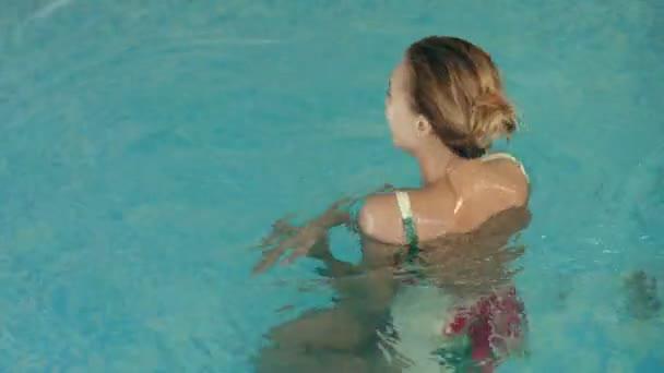 Krásná dívka, plavání v bazénu
