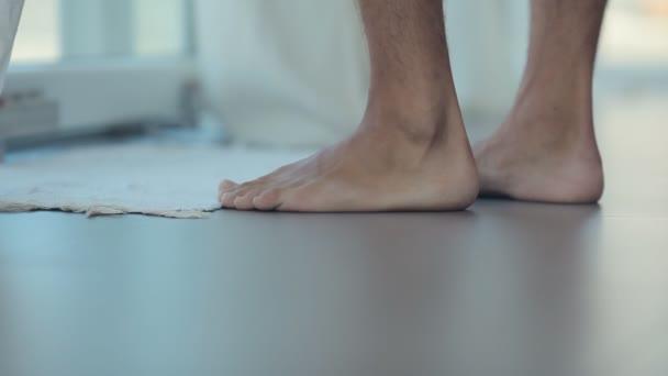 A férfi láb megy mezítláb a padló közeli képe