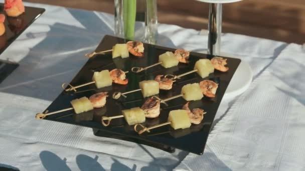Canape krevety a ananasem na jehle v cateringu