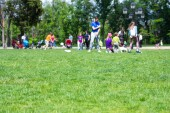 Blured pozadí lidí s odpočinek v parku