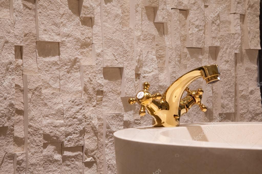 Behang In Badkamer : Wastafel kranen kranen goud muren vloeren behang badkamer