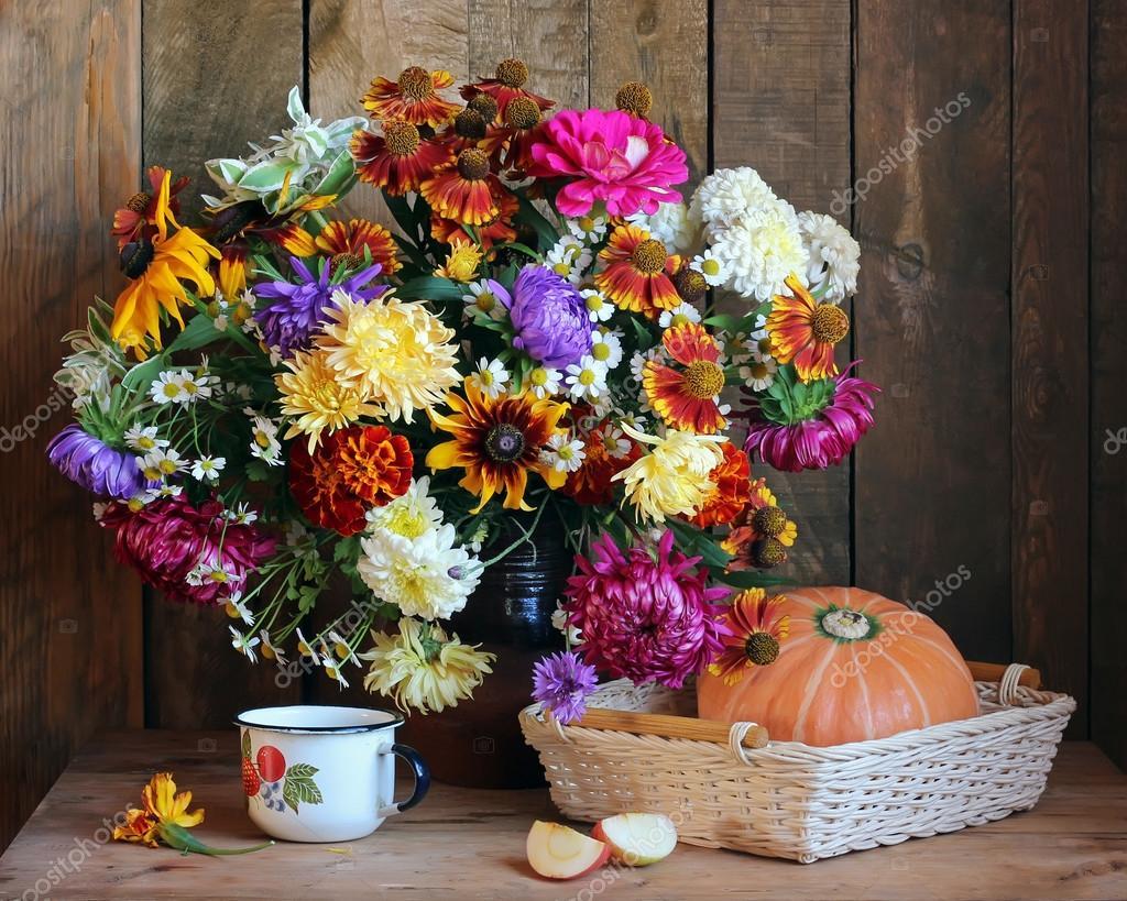 Berühmt Stillleben mit Garten Herbst Blumenstrauß — Stockfoto © BalaguR &LT_83