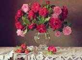 Photo Still life with roses and strawberry