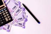 Indický sto rupií bankovky na izolovaném bílém pozadí.