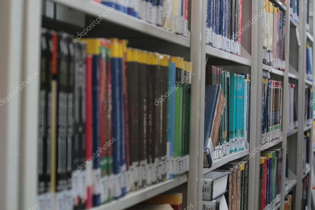 Boekenkast in een bibliotheek — Stockfoto © sbhaumik #61440879