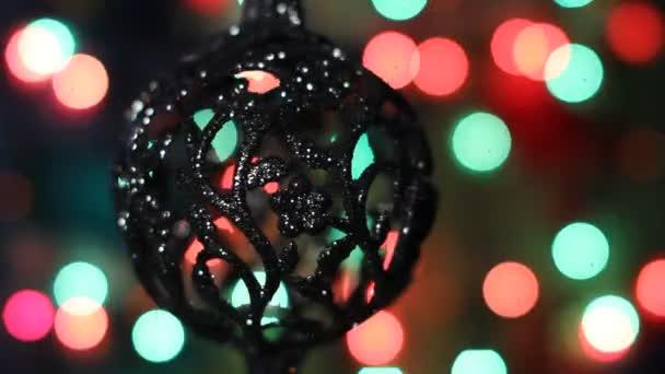 Decorazioni di Natale su una priorità bassa di ghirlande scintillanti