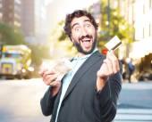 Crazy podnikatel s kreditní karty a bankovky