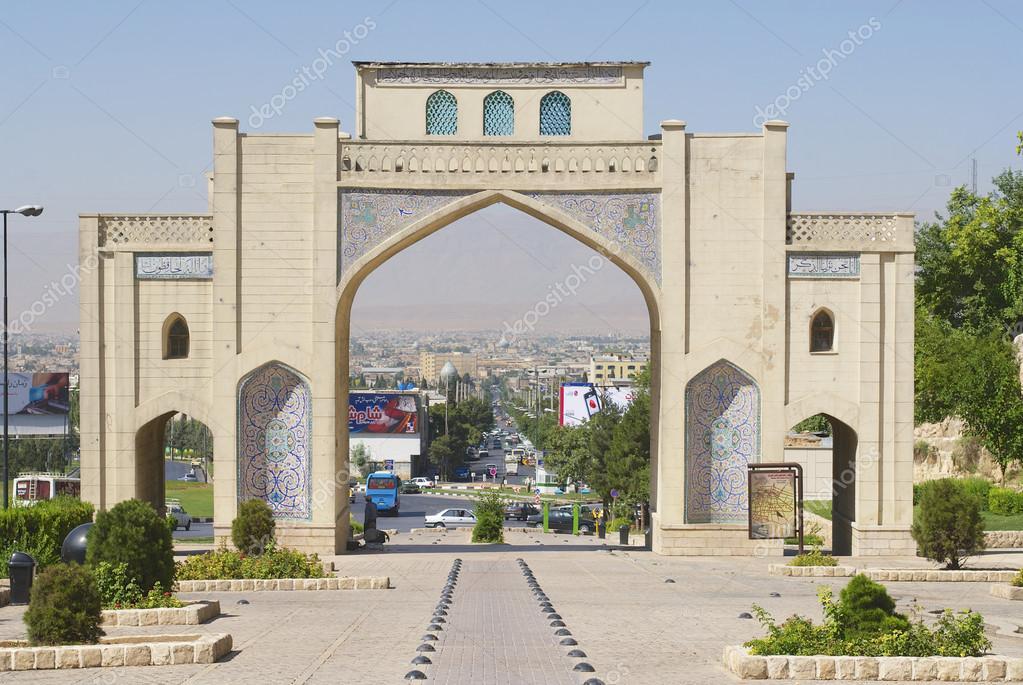 ext rieur de la porte de darvaze quran shiraz iran photo ditoriale dchulov 63927349. Black Bedroom Furniture Sets. Home Design Ideas