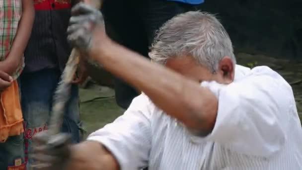 Člověk vyrábí hrnčířské hlíny v tradičním stylu v Tangail, Bangladéš