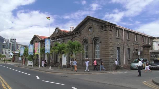Lidé chodí před historické poštovní úřad v Port Louis, Mauricius