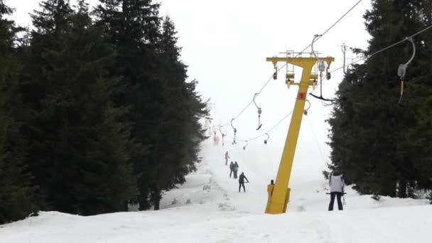 Lyžařský vlek vleky lidi na vrchol hory.