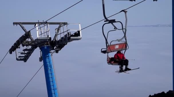 Bar stanice lanovky v lyžařském středisku. Mlhavé počasí.
