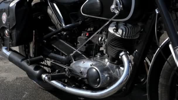 Ruce, oprava motoru motocyklu.
