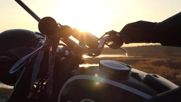 Staré Retro motocykl při západu slunce. Krásná akce.