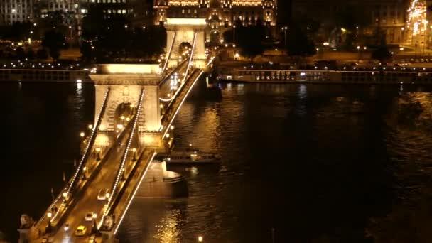 Csónak csónakázás híd alatt Budapesten a Duna felett