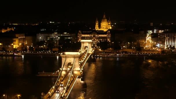 Hajó az éjszakai Budapest Duna híd alatt