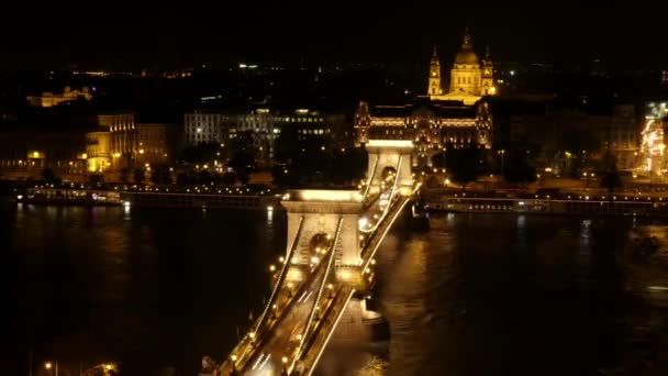 Este Budapesten idő telik el. Híres híd a Duna felett