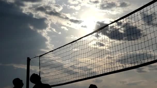 Professional Beach volejbal při západu slunce v pomalém pohybu.