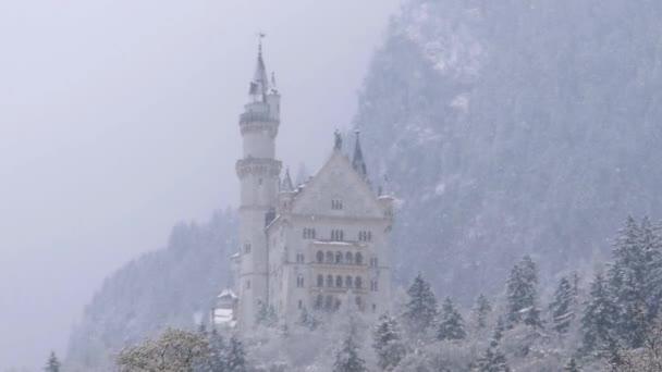 schöne alte Burg in den Bergen bei Schnee.