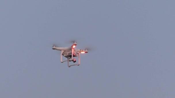 Quadrocopter létá v nebi.