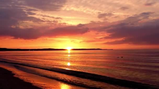 Úžasný západ slunce nad mořem.