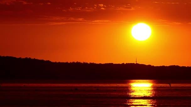 Neuvěřitelná západ slunce na moři v pomalém pohybu.