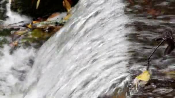 Průtok vody překonává překážky
