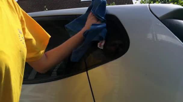 Lány lány ezüst autó tisztítása