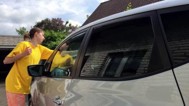 Dívka vyčistit stříbrné auto