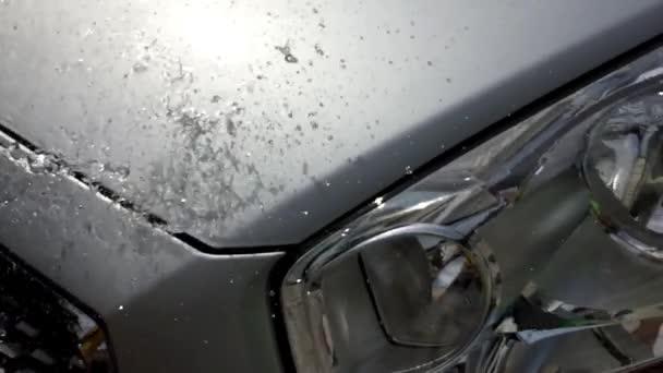 Kapky vody a auto reflektor v pomalém pohybu