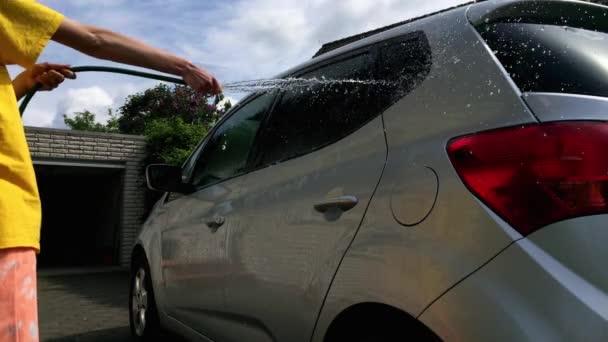 Dívka, zalévání auto, myje a vyčistěte jej